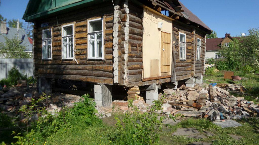 Перед заменой фундамента дом поднимается на временные столбы